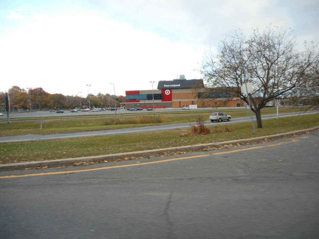 Place Longueuil – big shopping center in the neighborhood residents enjoy By Jeangagnon - Own work, CC BY-SA 3.0