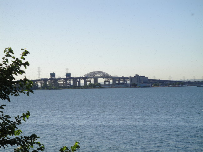 Burlington Bridge and part of Hamilton marina – easy access in and out of the city By Chip Cherry - Own work, CC BY-SA 3.0, https://commons.wikimedia.org/w/index.php?curid=21896150
