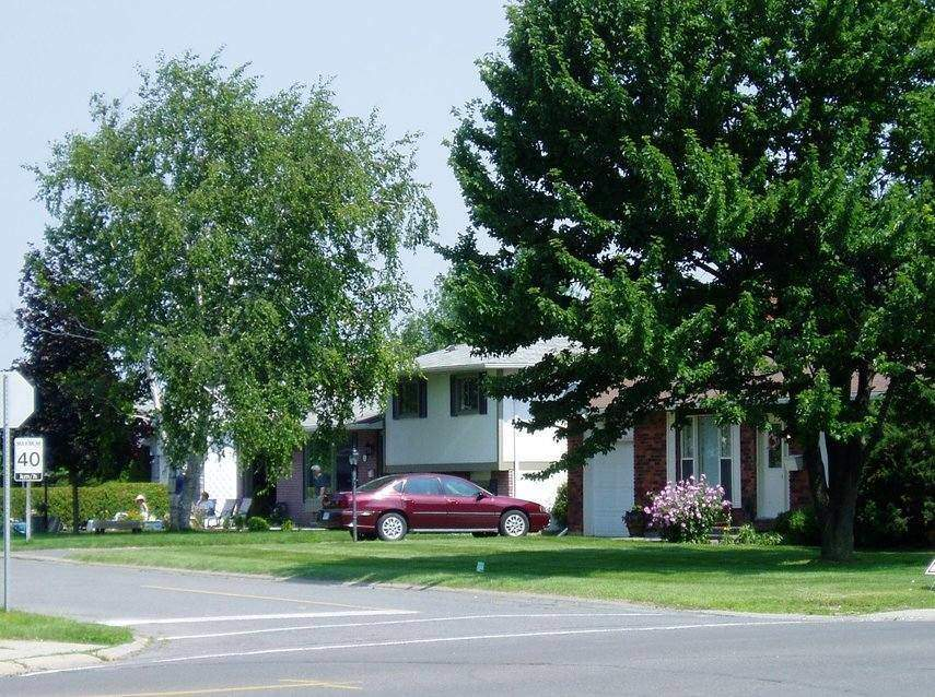 Typical suburban homes in Barrhaven in Ottawa By SimonP at the English language Wikipedia,